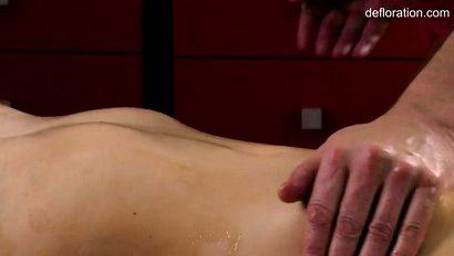 Зрелый массажист опытно орудует пальчиками по клитору своей рыжей клиентки