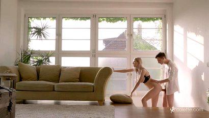 Богатый паренек прижал блондиночку к стене и крепко схватил руками ее большие сиськи