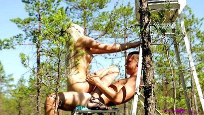 Молодая блондиночка напросилась на хорошую порку раком среди густого леса