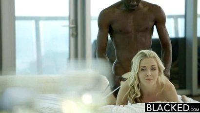 Развратная блондиночка не прочь соснуть гигантский хер своего чернокожего партнера