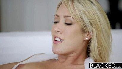 Красотка затащила чернокожего бойфренда в спальню, чтобы он ее поимел как следует